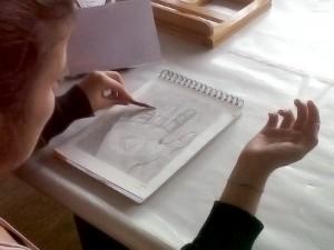 Alumno copiando su propia mano del natural