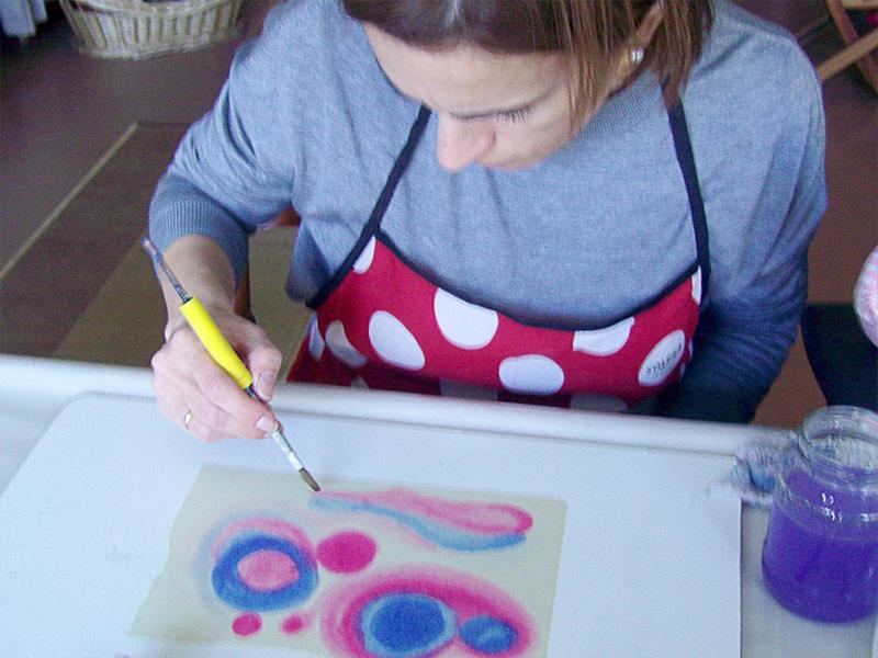 Alumna trabajando con acuarelas